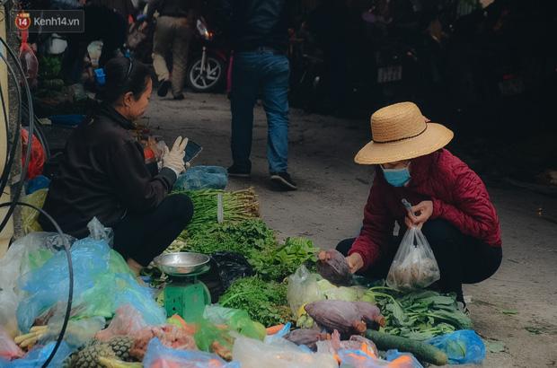 Cập nhật giá rau tăng vọt sau Tết, người Hà Nội đổ xô đi mua thực phẩm dự trữ giữa nạn dịch virus Corona - Ảnh 35.