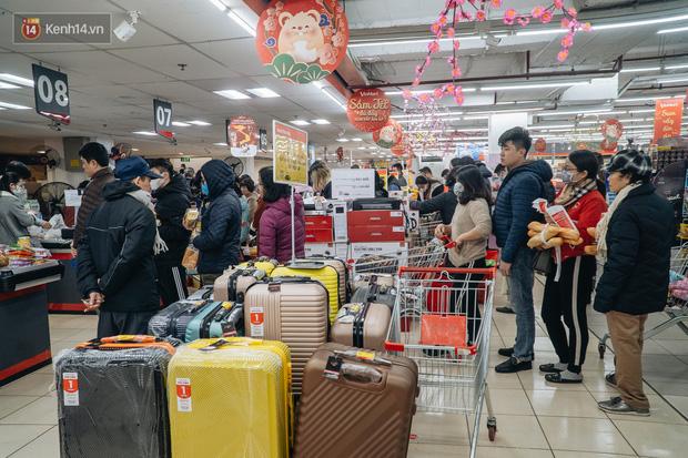 Cập nhật giá rau tăng vọt sau Tết, người Hà Nội đổ xô đi mua thực phẩm dự trữ giữa nạn dịch virus Corona - Ảnh 8.