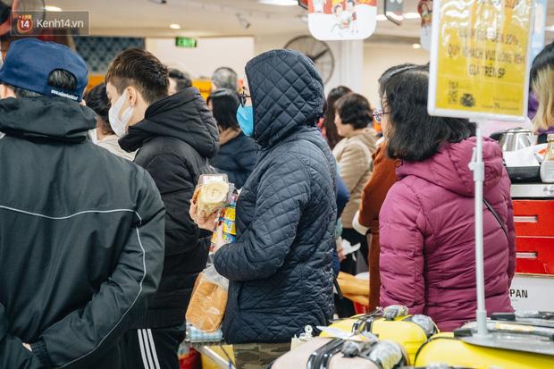 Cập nhật giá rau tăng vọt sau Tết, người Hà Nội đổ xô đi mua thực phẩm dự trữ giữa nạn dịch virus Corona - Ảnh 9.