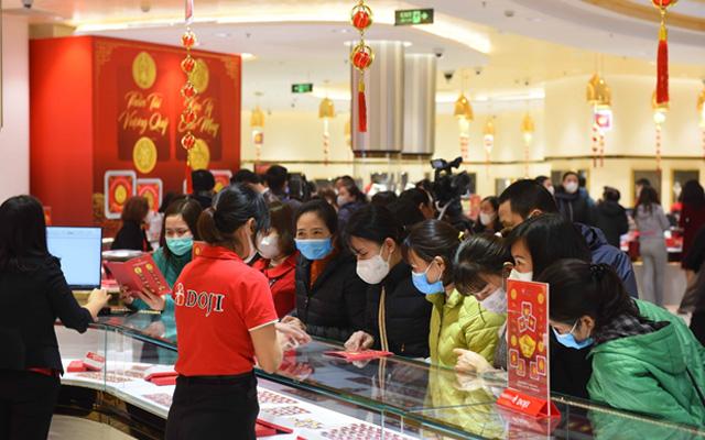 Ngày vía Thần Tài, tiệm vàng vắng tanh, nhân viên đông hơn khách - Ảnh 8.