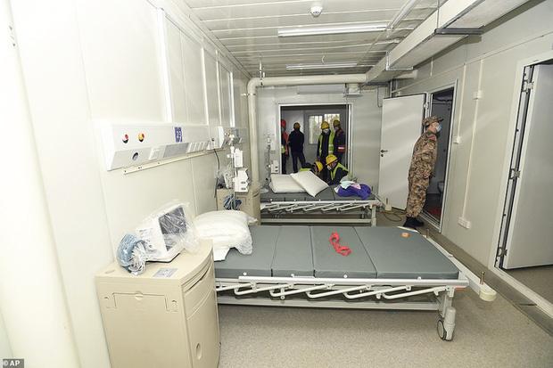 Virus corona: Bên trong bệnh viện dã chiến 1.000 giường vừa được xây dựng thần tốc tại Vũ Hán - Ảnh 3.