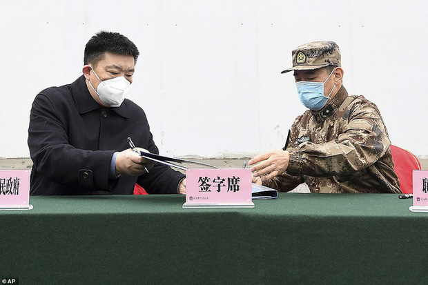 Virus corona: Bên trong bệnh viện dã chiến 1.000 giường vừa được xây dựng thần tốc tại Vũ Hán - Ảnh 6.