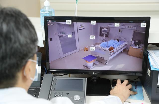 Bên trong phòng cách ly của bệnh nhân nhiễm virus corona đầu tiên ở Hàn Quốc: Được chăm sóc tích cực 24/7 gần 1 tháng nhưng không thuyên giảm - Ảnh 5.