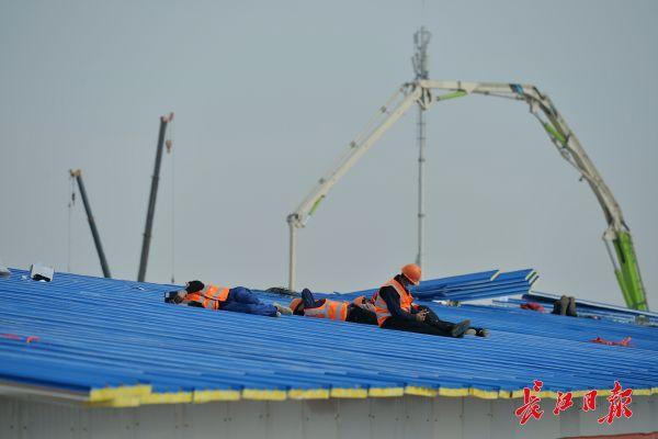 Nỗi khổ cực khó ai thấu ở các công nhân xây dựng bệnh viện dã chiến ở ổ dịch Vũ Hán: Giờ giải lao và giấc ngủ ngon bỗng hóa xa xỉ - Ảnh 10.