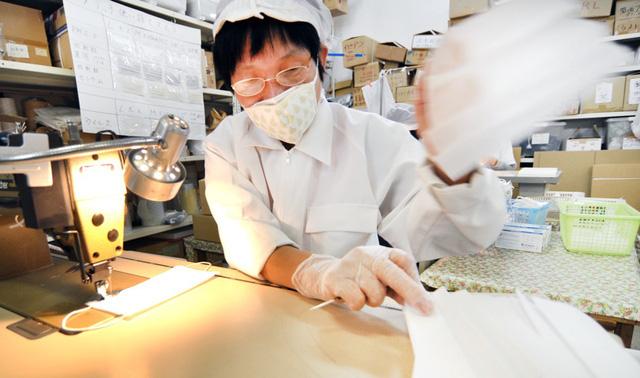 Không tăng giá, không găm hàng, Chủ tịch một hãng sản xuất khẩu trang Nhật Bản còn cúi đầu xin lỗi vì không sản xuất đủ đáp ứng nhu cầu người dân - Ảnh 2.