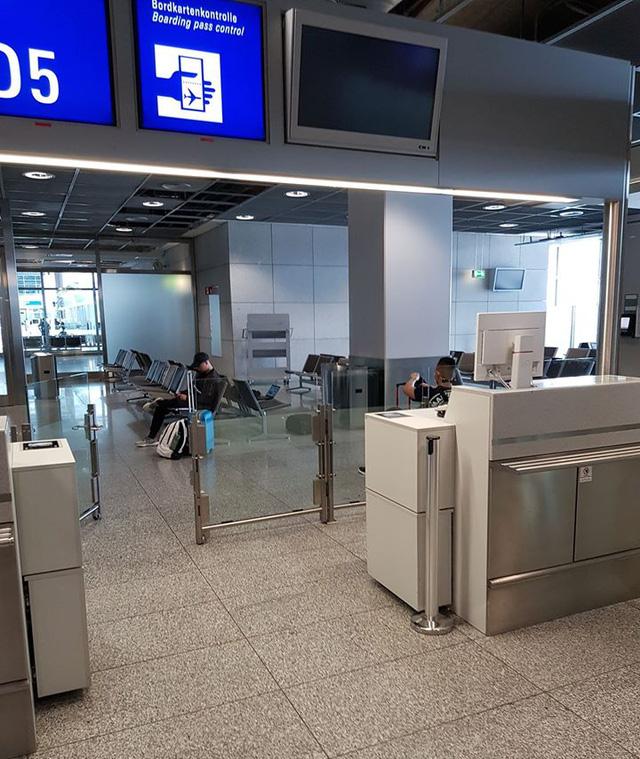 Mẹ Việt giải cứu con trai trước giờ nước Pháp đóng cửa: Con phải chuẩn bị đi ngay cho kịp chuyến bay, nếu còn muốn về nhà! - Ảnh 2.