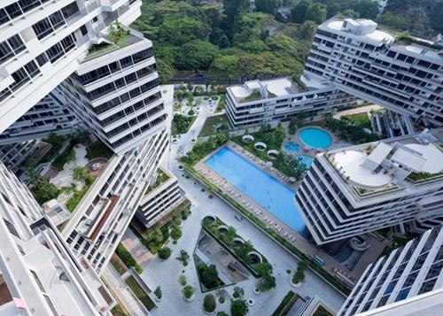 Giữa các khối nhà là 8 giếng trời lớn cho ánh sáng và không khí lưu thông. Đó cũng là khu vực bố trí sân chơi, bể bơi, trồng cây xanh.