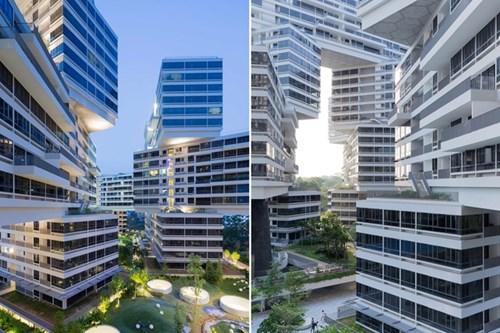 Những tòa nhà của The Interlace quây tụ cạnh nhau tạo thành những hình lục giác với 8 sân trong nằm xen kẽ giữa các tòa nhà, tạo nên cảm nhận về không gian mở, giao hòa với thiên nhiên dù đây là một công trình nhà chung cư.