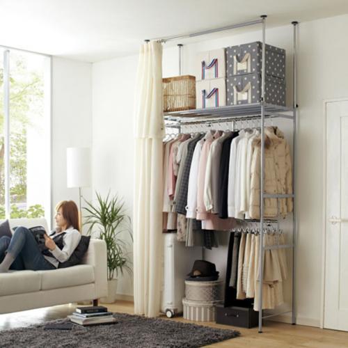 Với những căn nhà chật hẹp, những tủ quần áo sẽ chiến rất nhiều diện tích. Người Nhật thường chọn những tủ kệ vừa phải có các ngăn và một chiếc rèm kéo lại là đã có một không gian cất quần áo hoàn hảo trong nhà.