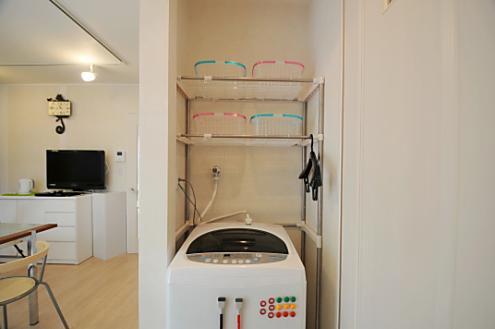 Thông thường nhiều gia đình hay để trống khu vực phía trên máy giặt nhưng người Nhật thì không. Giống như khu vực cửa ra vào, một chiếc kệ nhỏ xinh cũng đủ giúp bạn chứa được rất nhiều đồ đạc.