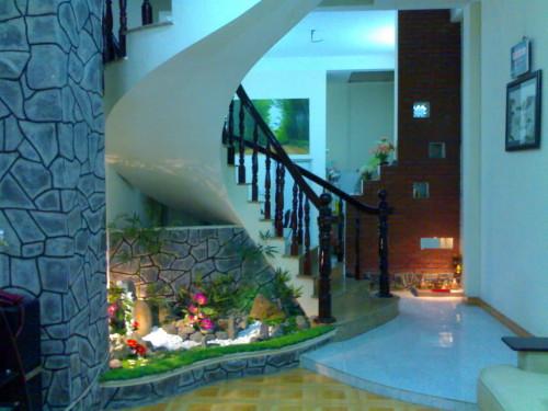 Thiết kế tiểu cảnh dưới gầm cầu thang giúp không gian nhà bạn trở nên sinh động hơn