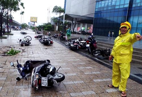 Hàng loạt xe máy đổ rạp khi đi dưới chân tòa nhà Keangnam Hà Nội sáng ngày 28/7. Ảnh: T.N