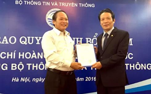 Bộ trưởng Bộ TT&TT Trương Minh Tuấn trao quyết định bổ nhiệm chức vụ Thứ trưởng Bộ TT&TT cho ông Hoàng Vĩnh Bảo (bên phải).