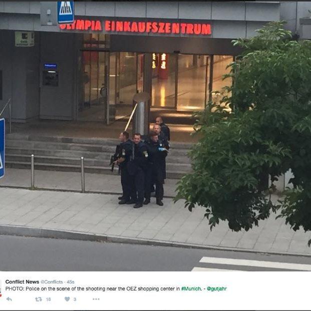 Cảnh sát phong tỏa bên ngoài trung tâm thương mại. Ảnh: Telegraph.