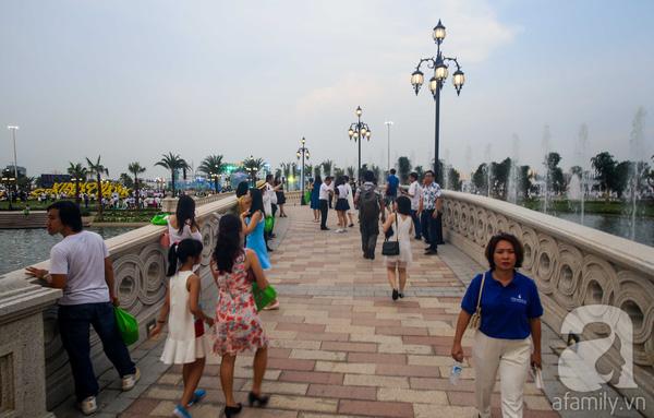 Dù chưa mở cửa chính thức nhưng đã có hàng ngàn người dân thành phố đến tham quan.