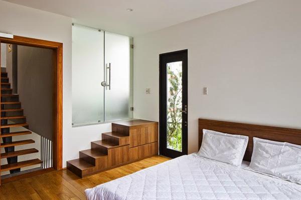 Trong phòng ngủ có sự xuất hiện của nội thất đa năng, nội thất âm tường để giúp không gian thêm gọn gàng.