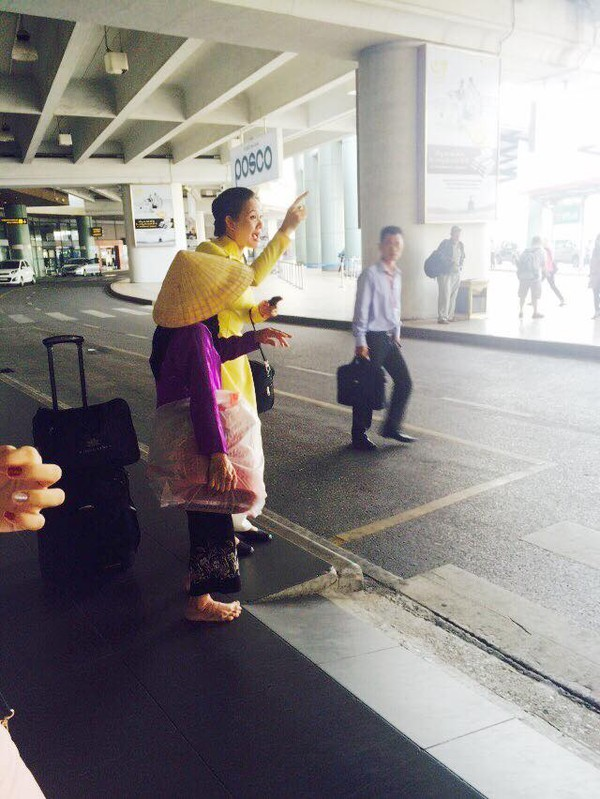 Nữ tiếp viên hàng không và bà cụ chân trần tại sân bay