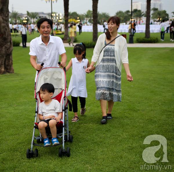 Nhiều gia đình dắt theo con nhỏ tham quan công viên ven sông.