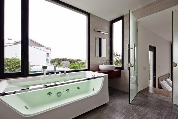 Phòng tắm hiện đại và riêng tư.