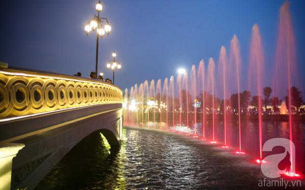 Hai cây cầu thiết kế độc đáo, rực rỡ ánh đèn khi về đêm là điểm nhấn trong công viên.