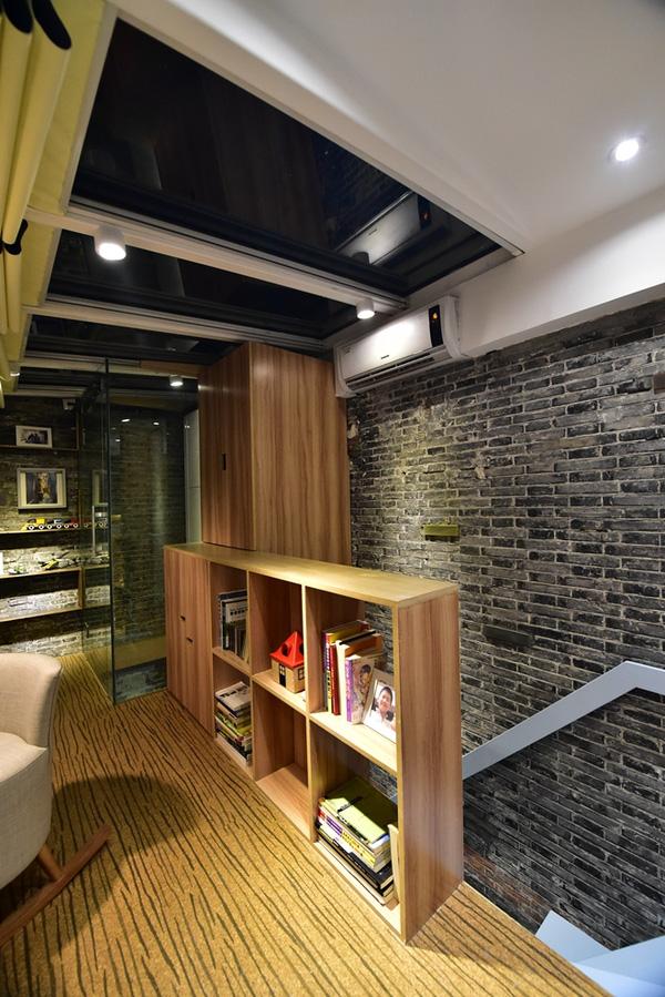 Nội thất gỗ gọn nhẹ giúp ngôi nhà đủ tiện nghi mà vẫn thoáng mắt.