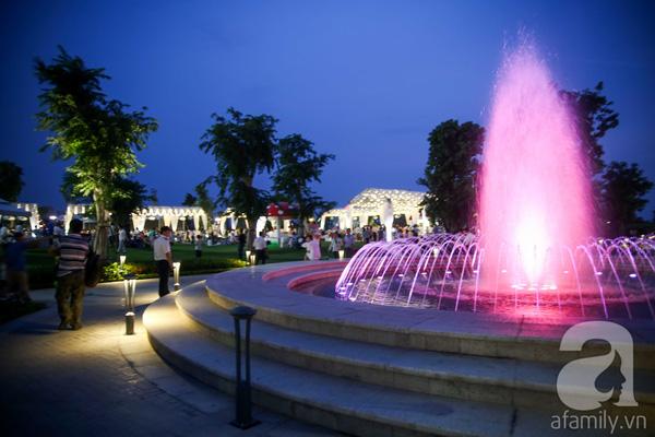 Quanh công viên có khá nhiều đài phun nước đủ màu sắc.