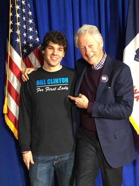 Ông Bill Clinton và chàng trai mặc chiếc áo in dòng chữ Bill Clinton là Đệ nhất phu nhân.