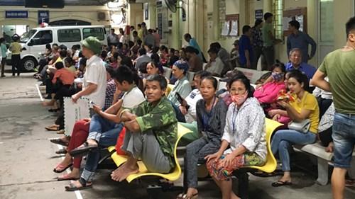 Bệnh nhân chờ khám tại Bệnh viện K