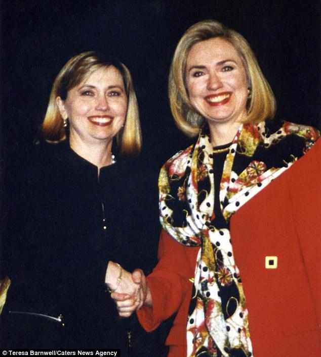 Bà Hillary Clinton và bản sao của mình tại buổi kí tặng sách năm 1996.