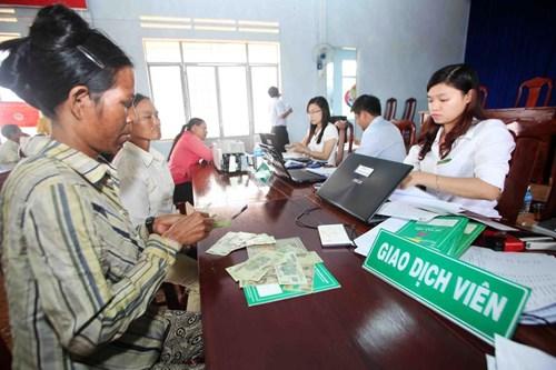 Nông dân vay vốn để phát triển sản xuất tại Chi nhánh Ngân hàng Chính sách xã hội tỉnh Gia Lai. Ảnh: TRƯỜNG GIANG