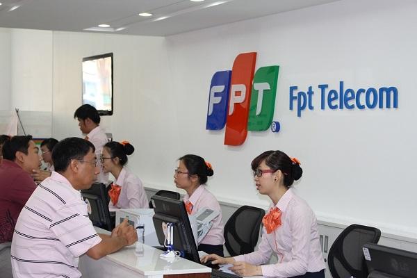 Tháng 10/2003, FPT bắt đầu cung cấp dịch vụ ADSL và ngay tháng đầu tiên đã có gần 300 khách hàng sử dụng dịch vụ.