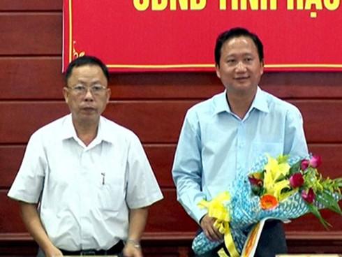 Ông Trịnh Xuân Thanh (phải) nhận hoa chúc mừng được bầu làm Phó Chủ tịch UBND tỉnh Hậu Giang. Ảnh: Báo Hậu Giang