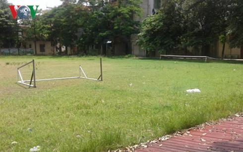 Sân bóng và trường tiểu học nay là trường mẫu giáo cách nhau 1 con đường.