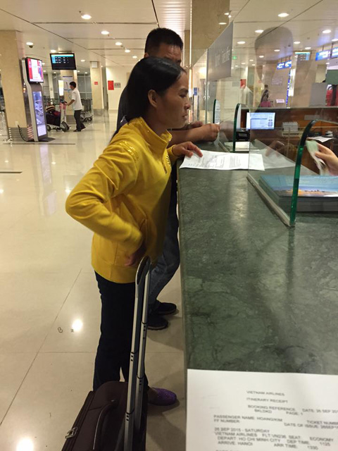 Hành khách Trần Thu Hường tại sân bay. (ảnh từ Facbook của Kim Hoàng)