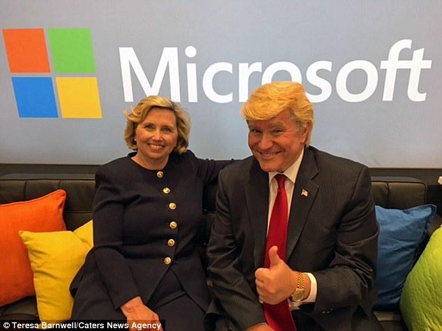 Bà Teresa chụp ảnh cùng người đóng giả Donald Trump Marcel Forestieri tại một sự kiện ở Park City, Utal.