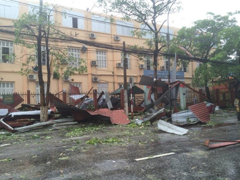 Mái tôn Đại học Y Thái Bình bị bay xuống đường.