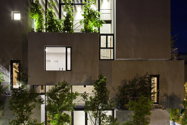 Ở mỗi khối nhà đếu được đan xen giữa chất liệu bê tông khô cứng với tường kính và cây xanh.