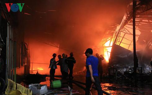 Lực lượng cứu hỏa khó tiếp cận hiện trường vì lửa cháy quá dữ dội.