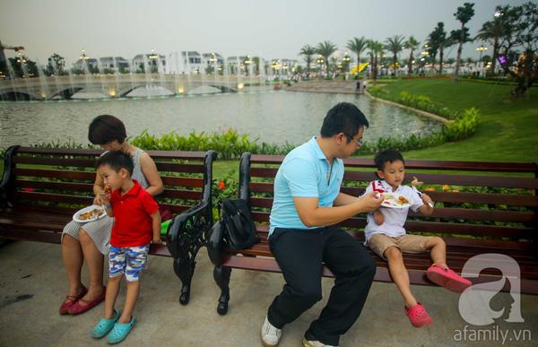 Tổng thể gồm 40 hạng mục như hồ nước, khu vui chơi trẻ em, hệ thống máy tập thể dục ngoài trời, sân thể thao, sân tập golf, quảng trường trung tâm, sân khấu âm nhạc…