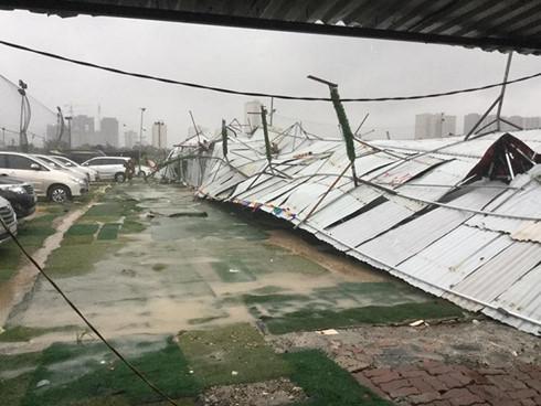 Rào chắn sân bóng Hoàng Minh Giám bị lật tung