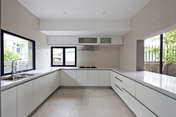 Khu bếp rộng rãi với nhiều mặt thoáng thế này là mơ ước của rất nhiều người để tha hồ nấu nướng mà không bị ám mùi vào các không gian khác trong nhà.
