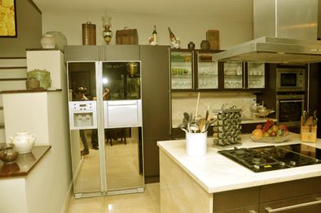 Khu bếp được bố trí mở cạnh phòng khách