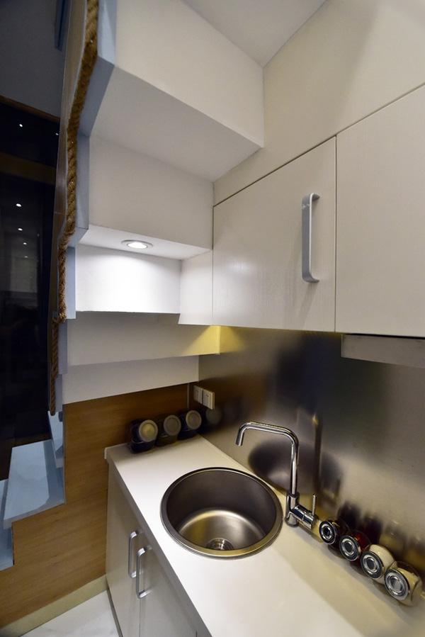 Khu bếp nhỏ với tiện nghi với các ngăn kệ lưu trữ rộng rãi để đáp ứng nhu cầu sử dụng.