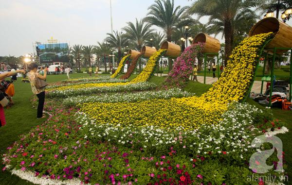 Những tiểu cảnh rực rỡ sắc hoa phủ khắp công viên.