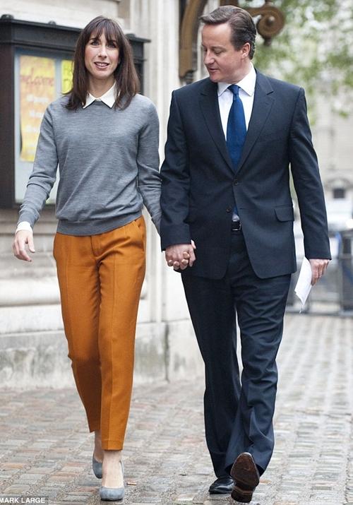 Trong khi sánh bước trên phố cùng vị Thủ tướng, vị Phu nhân thoải mái diện diện quần ống đứng Zara cùng áo chui đầu của hãng thời trang đường phố Cos và giày xám LK Bennett. Đều là những hãng thời trang bình dân.