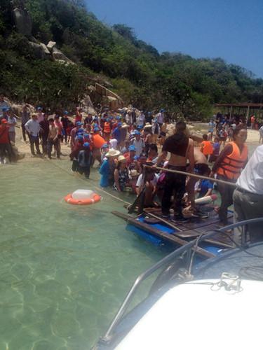 Như tin đã đưa, khoảng 10h40 ngày 23/7, một nhà nổi ở vịnh Vĩnh Hy, Ninh Thuận bất ngờ bị sập do lượng khách quá tải và nhà nổi làm sơ sài.