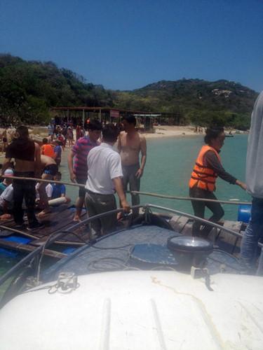 Du khách được đưa lên bờ