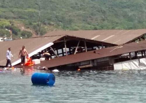 Những người chứng kiến vụ việc cho biết, từ bờ biển cách nhà nổi khoảng 100m. Căn nhà nổi bị chìm nên đã kéo đứt phao, tách ra xa và chìm xuống vịnh nước sâu.
