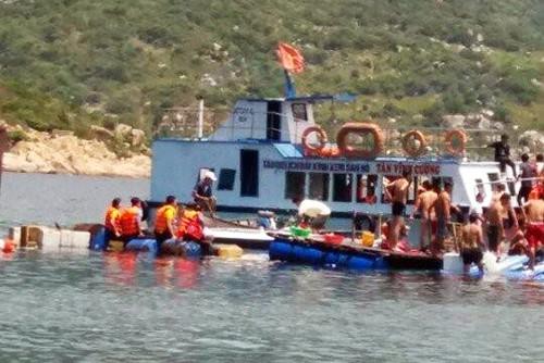 Những du khách thoát nạn kể lại rằng khi có người rơi xuống nước, phải khoảng 10 phút sau mới được vớt lên.