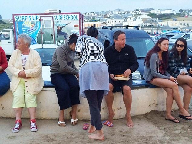 Hình ảnh cựu thủ tướng Anh David Cameron trong kỳ nghỉ ở Cornwall. Ảnh: Daily Mail